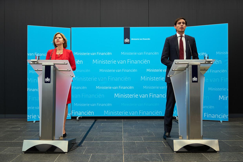 Minister Hoekstra van Financiën en Minister Cora van Nieuwenhuizen van Infrastructuur en Waterstaat geven een toelichting over het financiële steunpakket aan KLM. Beeld ANP