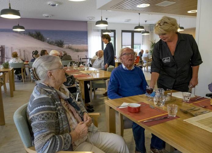 Diny Straijer, Henk Vermaat en Ria Greuter in brasserie Duinpan. Op de achtergrond Marion Seinen.