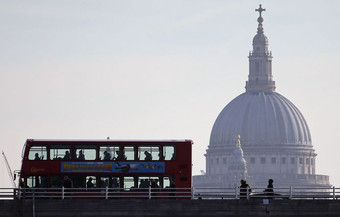 Een dubbeldekker rijdt over de Waterloo Bridge met op de achtergrond Saint Paul's Cathedral.