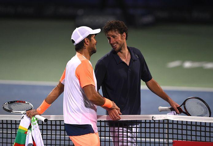 Robin Haase feliciteert zijn tegenstander Fernando Verdasco na diens gewonnen halve finale in Dubai.