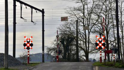 Levensgevaarlijk: vijf minderjarigen betrapt die overweg oversteken terwijl licht op rood staat