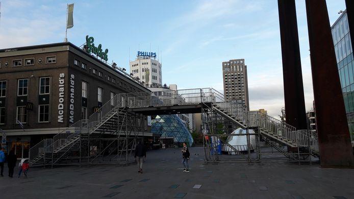De voetgangersbrug op het 18 Septemberplein in Eindhoven voor de marathon.