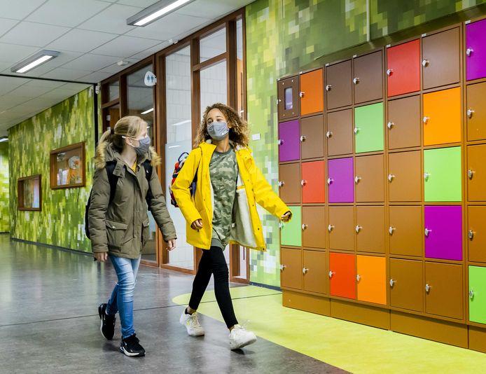 Hoewel leerlingen mondkapjes dragen, wijzen sommige deskundigen wijzen toch naar de (middelbare) scholen als aanjager van het virus.