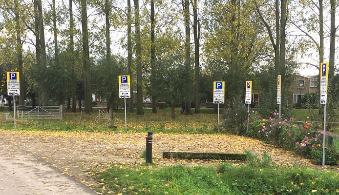 Galgenweg: zes verkeersborden waar er één zou volstaan.