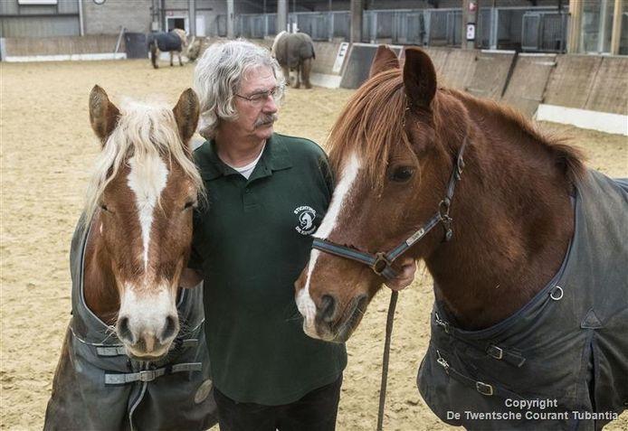Foto van scheidend voorzitter Rein ten Bruggencate met de paarden Sam en Britt