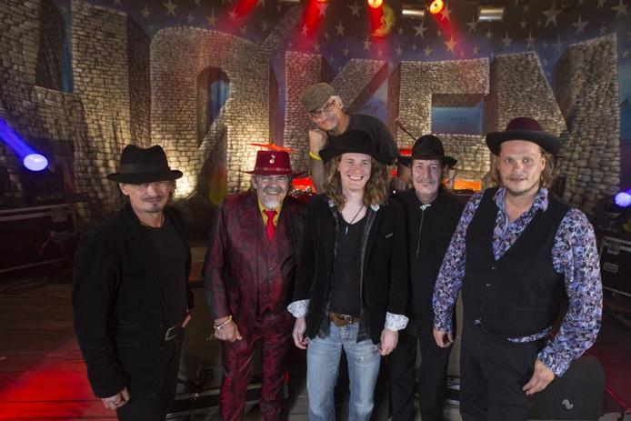 Normaal, met van links naar rechts: Jan Wilm Tolkamp, Bennie Jolink, Timo Kelder, Willem Terhorst en Roel Spanjers. Boven 'bandmascotte' Hendrik Haverkamp.