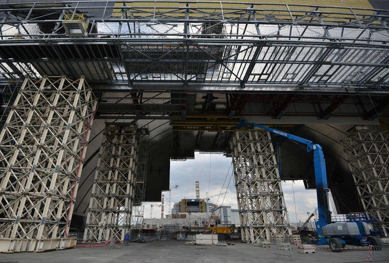 De nieuwe overkapping moet ervoor zorgen dat er gedurende 100 jaar geen straling meer uit Tsjernobyl ontsnapt