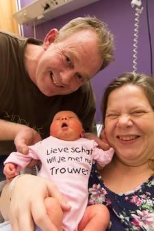 Vader doet huwelijksaanzoek met hulp van pasgeboren dochter