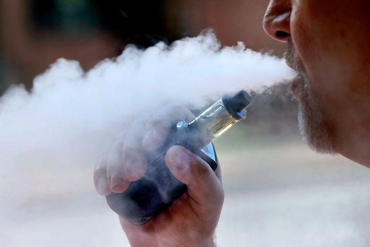Een man rookt een e-sigaret. Beeld AP