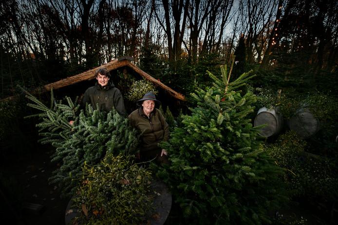 Kitty Schuurmans samen met haar kleinzoon in haar kerstbomenbos.