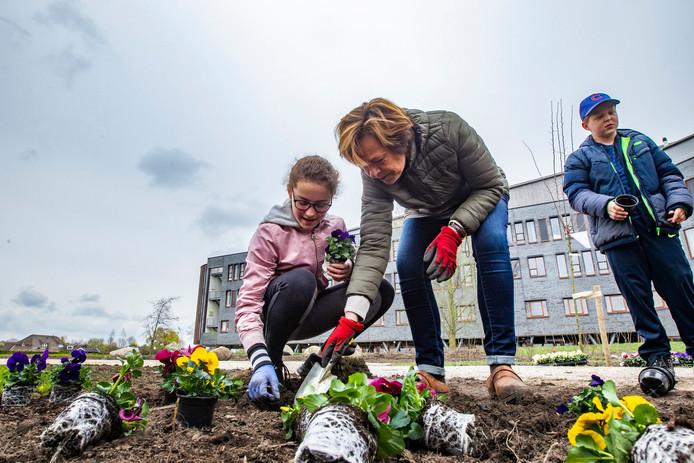 Anne-Britt Draaijer en ziekenhuisbestuurder Gita Gallé aan het werk in de nieuwe tuin achter het ziekenhuis.