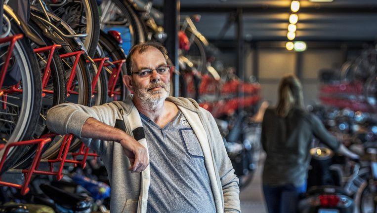 50-plusser Wim de Leeuw kwam via een uitzendbureau aan de slag bij Bike Totaal in Dordrecht. Beeld Raymond Rutting