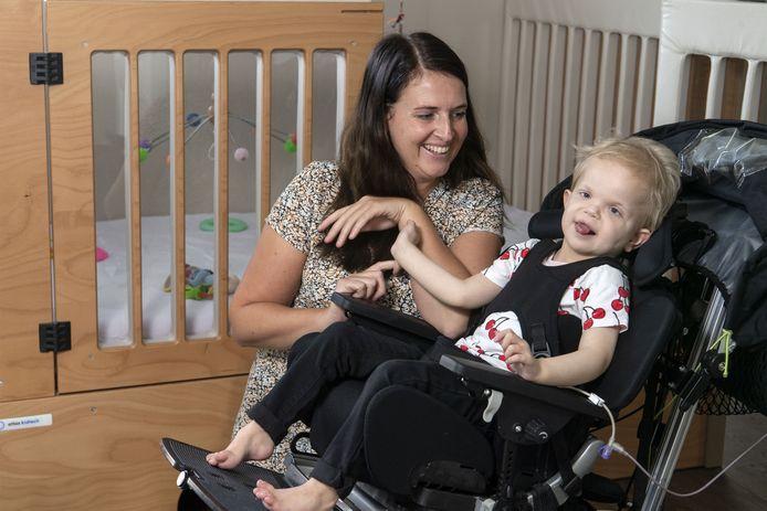 Linn, de dochter van Esther Oosterkamp is zwaar gehandicapt en heeft een bus nodig waarin ze vervoerd kan worden. Dit weekend wordt een benefietavond gehouden.