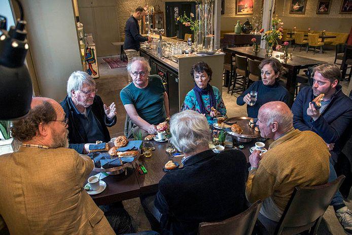 Kees Cools (l), Boudewijn 't Hart (voorzitter) en tweede van rechts Karin Broers