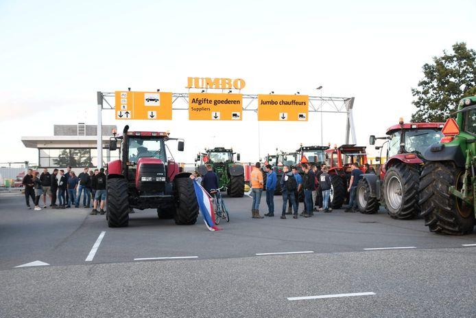 Boze boeren bij een distributiecentrum van Jumbo.