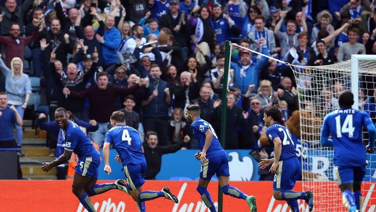 Spelers van Leicester City vieren een doelpunt. Arsenal, Chelsea en Leicester City, de huidige koploper van de Engelse competitie, worden genoemd als betrokken voetbalclubs. Beeld anp