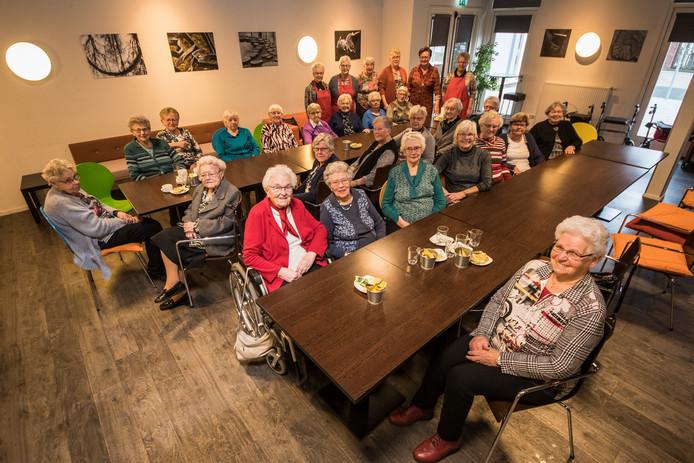 De Maandaggroep Ouderen Uit bestaat 10 jaar en vierde dit afgelopen maandag in De Kappen, waar zij elke maandag bij elkaar komen.