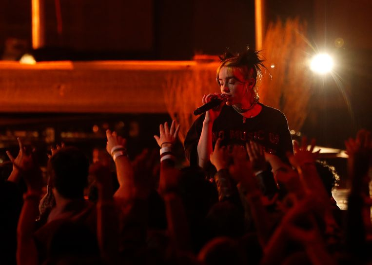Billie Eilish tussen haar vele jonge fans.