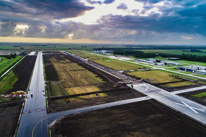 Er wordt volop gewerkt aan het verlengen en verbreden van de start- en landingsbaan van Lelystad Airport.
