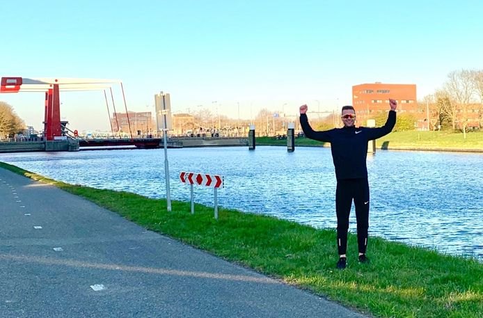 Floris Willeboordse viert zijn geslaagde recordpoging langs het kanaal door Walcheren. Behalve een officieus Zeeuws record zette hij wereldwijd de zevende tijd neer in de 5K-challenge van de maand maart op Strava.