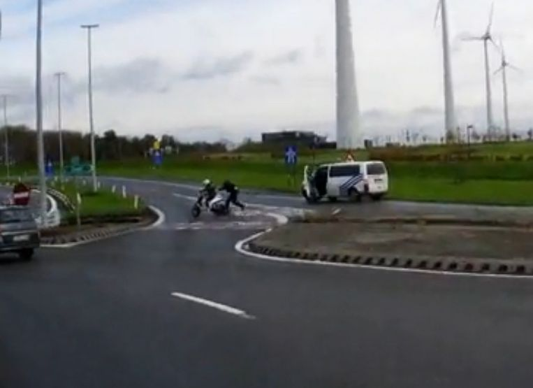 De bromfietser probeerde weg te vluchten van de politie (archiefbeeld)