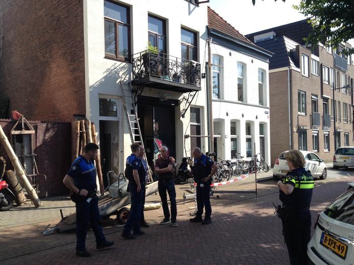 Politie, brandweer en Enexis bij de inval aan de Westwal.