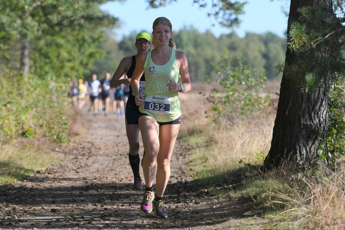 Selina de Vries en daarachter Marleen Vos genieten op kop van de 15 km