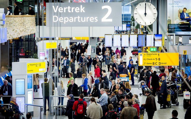 Reizigers op de luchthaven Schiphol houden om 12 uur een minuut stilte voor de aanslagen in Parijs. Beeld anp