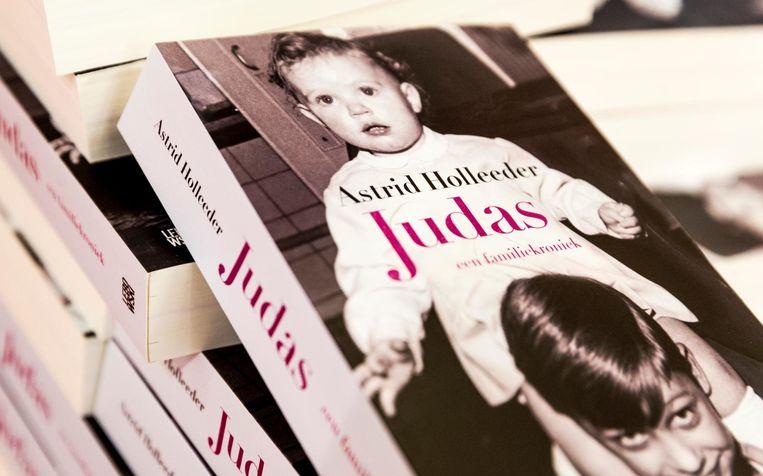 Het boek dat Astrid Holleeder schreef over haar broer. Beeld anp