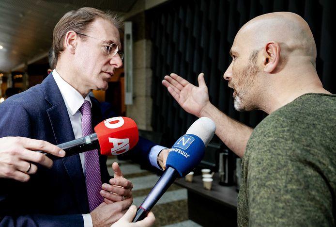 Staatssecretaris Menno Snel (Financiën) in gesprek met een van de getroffen ouders in de pauze van het debat in de Tweede Kamer over het optreden van de Belastingdienst