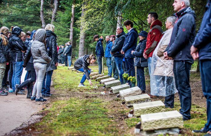 De bijzondere herdenking Ereveld Vol Leven in Loenen nemen achter 500 van de 4.000 graven mensen plaats van dezelfde leeftijd als de overledene.