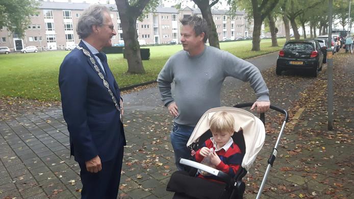 De 4-jarige Jan mocht de ambtsketen nog even vasthouden.