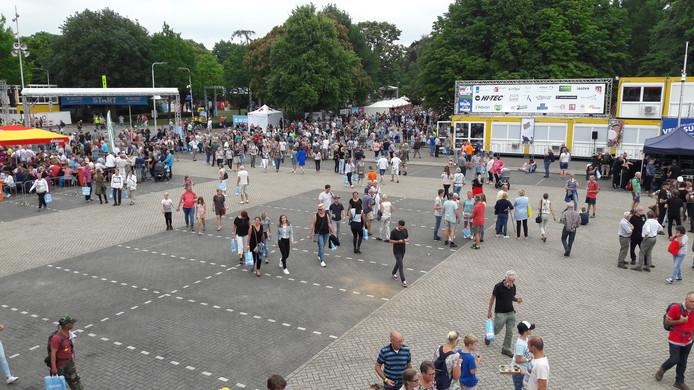 De Wedren stroomt vol. Het Vierdaagseterrein is nog maar deels ingericht in verband met de Vlaggenparade die er vanmiddag eindigt.