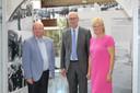 Schepenen Dirk De Smul, Philippe Verleyen en Herlinde Trenson bij de opbouw van de tentoonstelling.