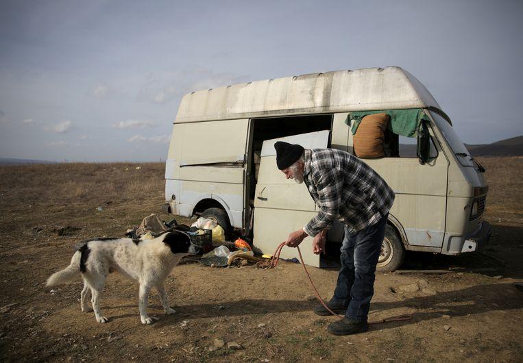 In Bulgarije, februari 2019. Rudi Lubbers leeft zijn met zijn vrouw Ria en hun twintig honden in een busje. Beeld Reuters