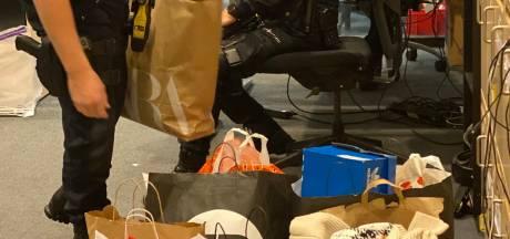 Vrouwen op strooptocht stelen tassen vol kleding en spullen uit Amersfoortse winkels