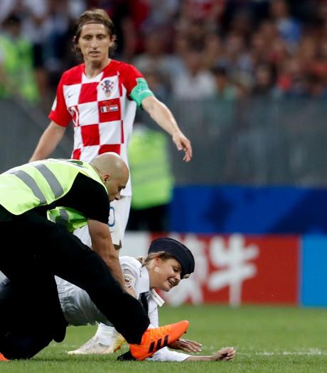 Pussy Riot krijgt fikse boete voor bestorming veld tijdens WK-finale