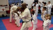 Man wil vrouw ontvoeren en achtervolgt haar tot in karatestudio. Niet zijn beste idee
