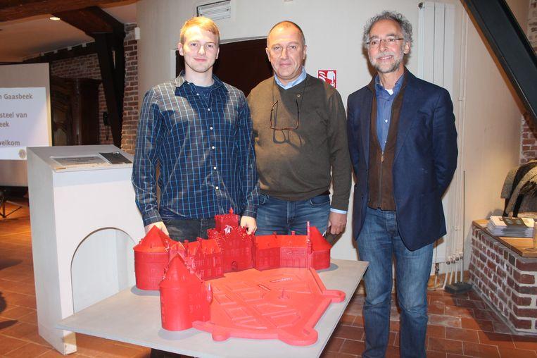 V.l.n.r: Ontwerper Matthias Van Meerbeek samen met Jean-Philippe Derauw van Lions Club Gaasbeek en Luc Vanackere, directeur van het Kasteel van Gaasbeek.