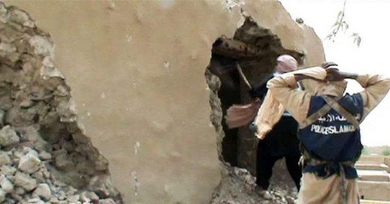 Islamitische strijders vernielen cultureel erfgoed in Timboektoe. Beeld AFP
