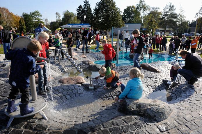 De waterspeelplaats van de Dierense Speeltuin. De kinderen op de foto hebben niets te maken met de perikelen van nu.