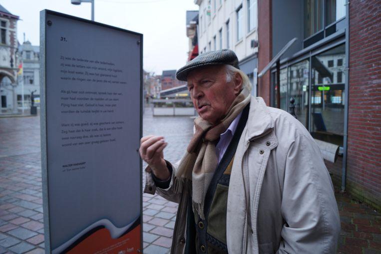 Walter Haesaert bij het gedicht 31., dat op de markt staat. Het is een van de titelloze gedichten uit zijn laatste bundel 'Een Warme Holte'