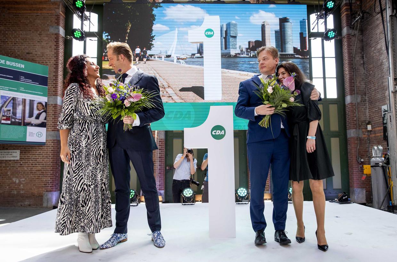 Hugo de Jonge (links) en Pieter Omtzigt met hun partners na afloop van de bekendmaking van de uitslag van de tweede stemronde. Beeld ANP