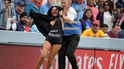 Na zijn lief, ziet bekende YouTuber nu zijn moeder het veld oplopen tijdens finale WK cricket