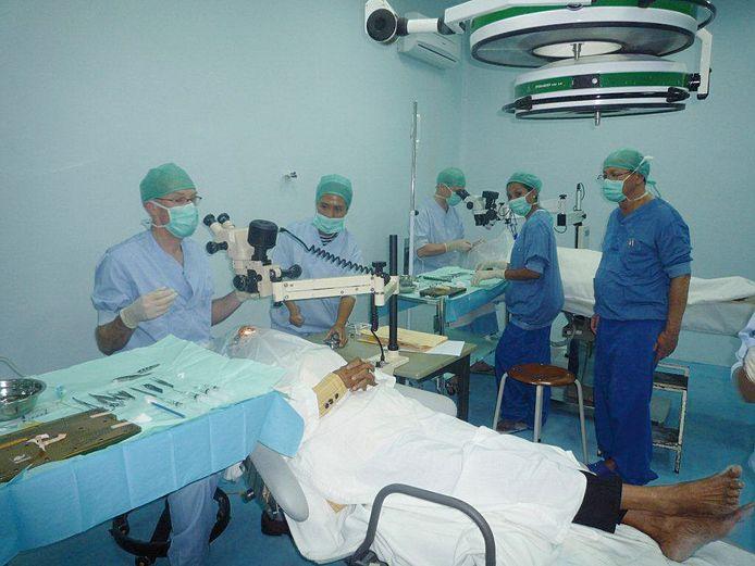 Een van de Nederlandse artsenteams aan het werk op Ambon. foto SSVA