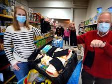 Gorcums raadslid is het wachten beu en brengt zelf mondkapjes naar de voedselbank
