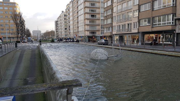Een weggewaaide reuzenkerstbal ligt in de fontein aan het Monacoplein in Oostende.
