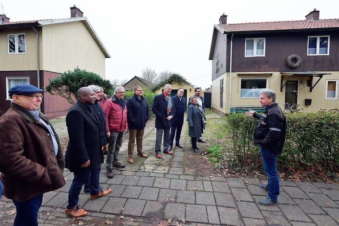 Eugène van den Eijnden van de dorpsraad in Halsteren legt uit wat het belang van de Zweedse woningen zijn voor het dorp.
