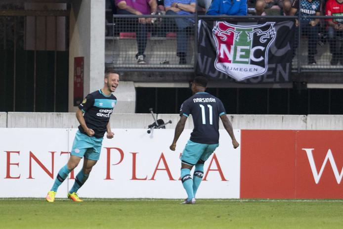 PSV-spelers Bart Ramselaar en Luciano Narsingh vieren de 0-1 .