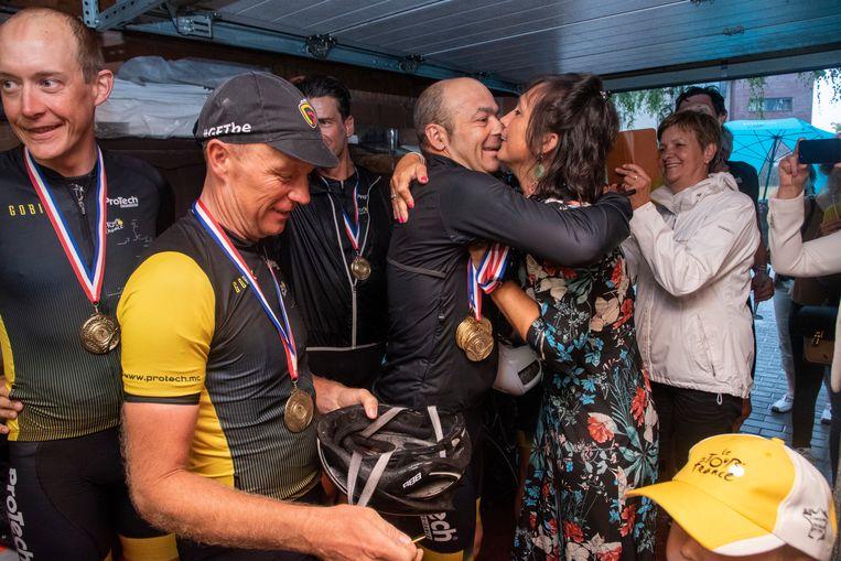 Het team wordt gefeliciteerd door Sandra Rasschaert, de weduwe van Serge Baguet.